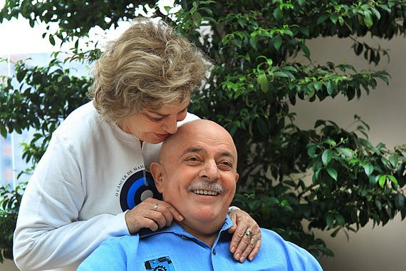 Lula con su esposa.