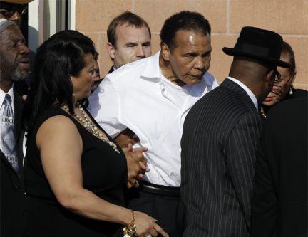 Devastado por la enfermedad, Muhammad Alí sale del funeral de Joe Frazier, el lunes en Filadelfia. Foto: Matt Slocum / AP