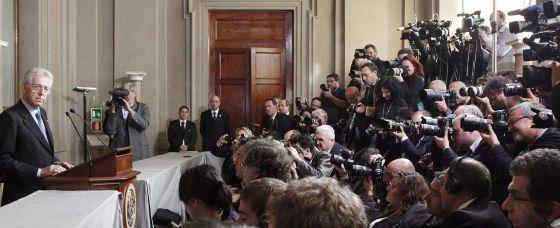 Mario Monti, explica a la prensa su lista de ministros. / GIUSSEPE LAMI (EFE)
