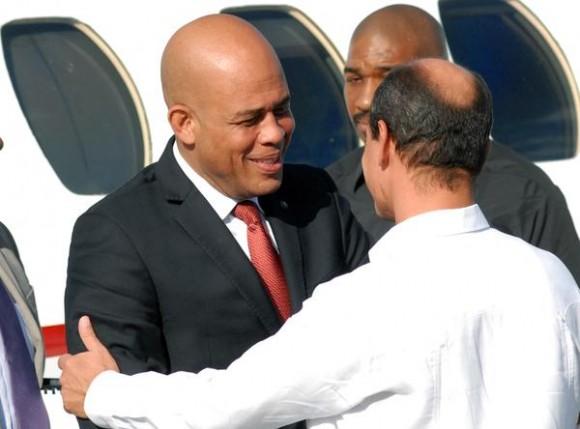 Michel Joseph Martelly (I), Presidente de la República de Haití, llego en la tarde de hoy a nuestro país, para cumplimentar una visita oficial, lo recibió Rogelio Sierra, Viceministro de Relaciones Exteriores de Cuba, en el aeropuerto internacional José Martí, en La habana, el 15 de noviembre de 2011. AIN FOTO/Marcelino VAZQUEZ HERNANDEZ