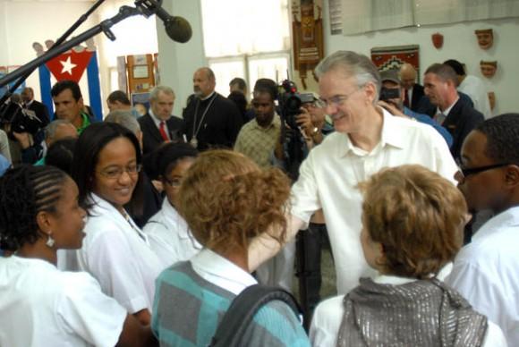 Michael Kinnamon (D), Secretario Nacional de Iglesias de Cristo de los Estados Unidos, conversa con estudiantes norteamericanos en  la Escuela Latinoamericana de Medicina (ELAM), en La Habana, el 29 de noviembre de 2011. AIN FOTO/Marcelino VAZQUEZ HERNANDEZ/sdl