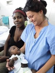 Fidel Yudel tiene muchas madrinas y padrinos. Kethive quiso que Yerli Socarrás, con 39 semanas de gestación, otra de las pacientes, cargara a su bebé y los fotografiaran juntos.
