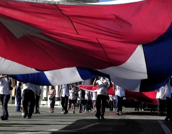 Jóvenes cubanos marchan desde la Escalinata de la Universidad de La Habana hasta el Monumento a los Ocho Estudiantes de Medicina en la Punta, fusilados injustamente hace 140 años, en 1871, por el colonialismo español, en La Habana, Cuba, el 27 de noviembre de 2011. AIN FOTO/Tony HERNÁNDEZ MENA/