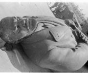 La estatua de Lenin en el piso.
