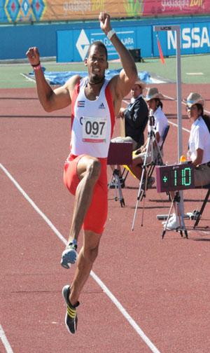 Luis Felipe Gutiérrez, en salto de longitud. Foto: Armando Hernández