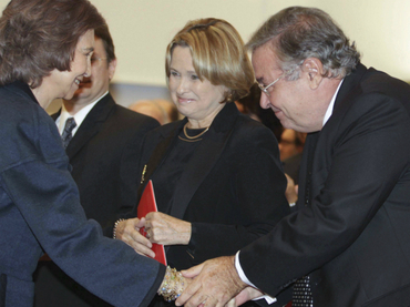 Jose María Vitier, hijo de Fina y de Cintio, saluda a la Reina. A su lado, Silvia Rodríguez y José Adrián, nuera y nieto de Fina.