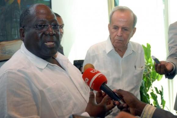 Ricardo Alarcón de Quesada (D), presidente de la Asamblea Nacional del Poder Popular de Cuba, Antonio Paulo Kassoma (I), presidente del Parlamento de la República de Angola, durante la firma del Comunicado Final de la visita del dirigente africano a la Isla, en el Laguito, La Habana, el 23 de noviembre de 2011. AIN FOTO/Marcelino VAZQUEZ HERNANDEZ