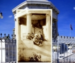 Pablo de la Torriente Brau, con tres de sus hermanas, en el monumento a los estudiantes de Medicina, junto al Malecón habanero.