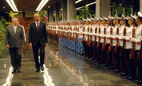 El general de Ejército Raúl Castro Ruz (I), Presidente de los Consejos de Estado y de Ministros, recibió a  Michel Joseph Martelly, Presidente de la República de la República de Haití, en La Habana, el 16 de noviembre de 2011. AIN FOTO/Juvenal BALAN/ Periódico GRANMA