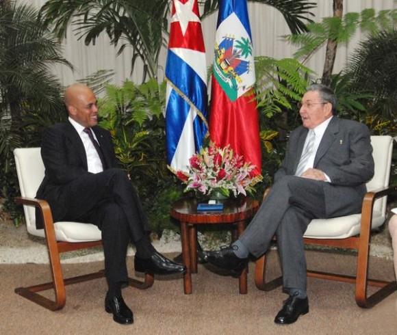 El general de Ejército Raúl Castro Ruz (D), Presidente de los Consejos de Estado y de Ministros, recibió a  Michel Joseph Martelly, Presidente de la República de la República de Haití, en La Habana, el 16 de noviembre de 2011. AIN FOTO/Juvenal BALAN/ Periódico GRANMA