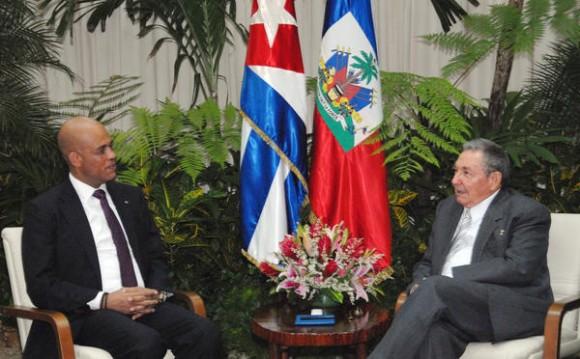 El general de Ejército Raúl Castro Ruz (D), Presidente de los Consejos de Estado y de Ministros, recibió a  Michel Joseph Martelly, Presidente de la República de la República de Haití, en La Habana, el 16 de noviembre de 2011. AIN FOTO/Juvenal BALAN/ Periódico GRANMA/