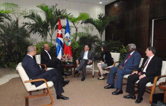 El general de Ejército Raúl Castro Ruz (CD), Presidente de los Consejos de Estado y de Ministros, recibió a  Michel Joseph Martelly (I), Presidente de la República de la República de Haití, en La Habana, el 16 de noviembre de 2011. AIN FOTO/Juvenal BALAN/ Periódico GRANMA/