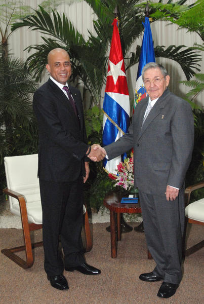 El general de Ejército Raúl Castro Ruz (D), Presidente de los Consejos de Estado y de Ministros, recibió a  Michel Joseph Martelly (I), Presidente de la República de la República de Haití, en La Habana, el 16 de noviembre de 2011. AIN FOTO/Juvenal BALAN/ Periódico GRANMA/