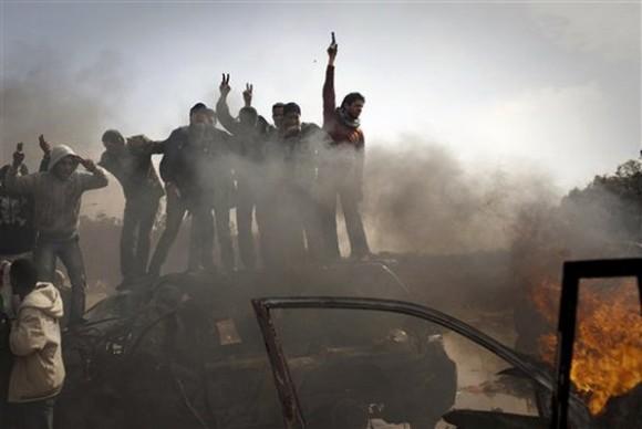 Rebeldes libios celebrando en quemados Gaddafy militar sin saberlo, la inhalación de tóxicos pueden ser vehículos de óxido de uranio