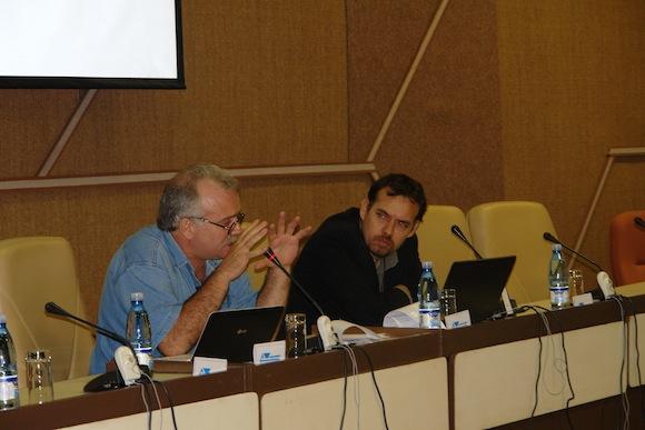 """Altamiro Borges, de Brasil, y Raúl Garcés, de Cuba, en el en el panel """"Incidencia de los medios alternativos y las redes sociales en la opinión pública y en el hacer de la política internacional"""", del Taller """"Los medios alternativos y las redes sociales"""""""