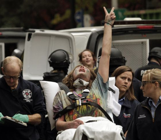 Un activista es introducido en una ambulancia tras ser desalojada del campamento de Portland. /Foto: Don Ryan (AP)