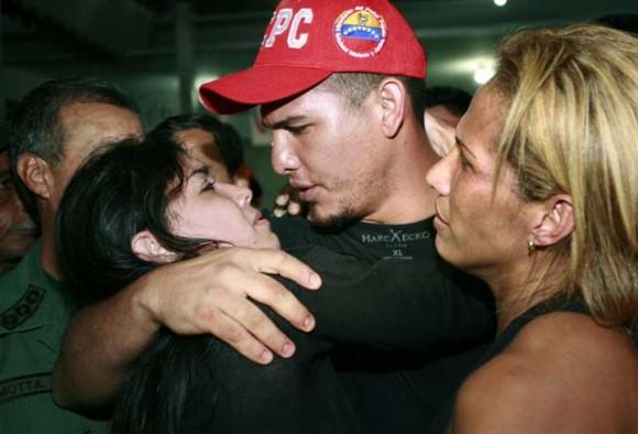 Wilson Ramos abraza a su novia tras ser rescatado en Valencia. Foto: Reuters