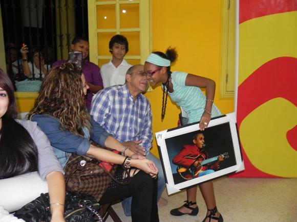 Otra de las bondades del artista, para la ocasión,  fue  premiar a varios de los asistentes, al azar, con  copias enmarcadas, de las fotografías que conforman la exposición. Foto Marianela Dufflar