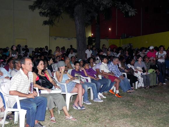 Cientos de personas disfrutaron de la actuación de los Vanvancitos. Foto: Marianela Dufflar