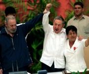 Fidel, Raul, y Nemesia, en la clausura del VI Congreso del PCC. Foto: Archivo.