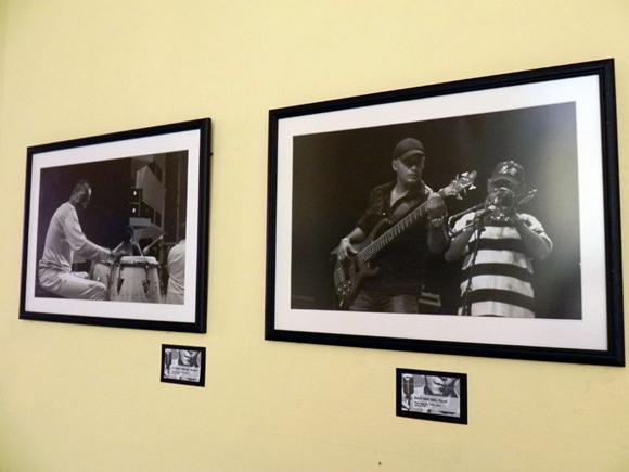 Conformada por 80 fotografías, la muestra, cuenta con tres etapas que recogen- al decir del autor-  una selección del  trabajo realizado, con Los Van Van. Foto: Marianela Dufflar