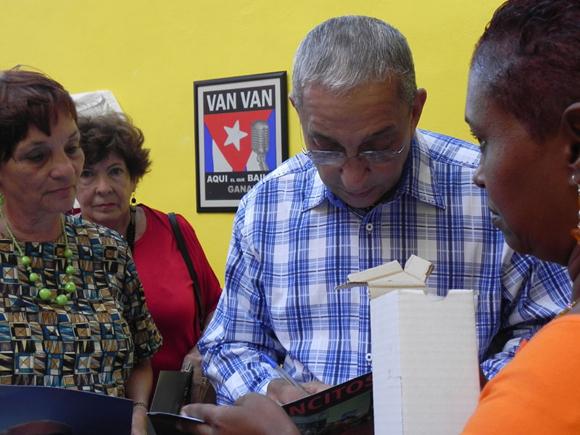"""Juan Formell firmó varios autógrafos en """"La Casa del Alba Cultural"""" de La Habana. Foto: Marianela Dufflar"""