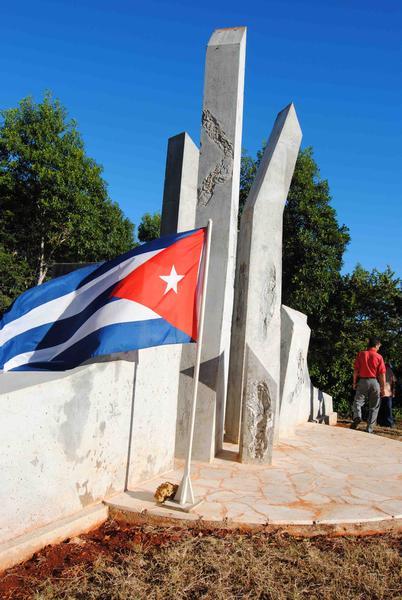 """Monumento en """"Alegría de Pío"""", de 5 metros de alto y 11 de ancho, que marca el lugar del primer combate del Ejercito Rebelde el 5 de diciembre de 1956, en Niquero, Granma, 5 de diciembre DE 2011. AIN FOTO/Armando Ernesto CONTRERAS TAMAYO"""