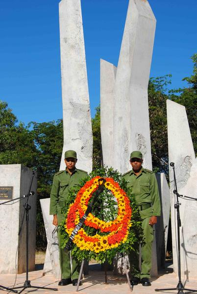 Ofrenda floral en la base del monumento que marca la zona donde tuvo lugar el primer combate del Ejercito Rebelde el 5 de diciembre de 1956, en Alegría de Pío, Niquero, Granma, Cuba, el 5 de diciembre de 2011. AIN FOTO/Armando Ernesto CONTRERAS TAMAYO/