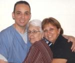 Antonio, Mirta y Maruchi, mamá y hermana de Tony, en la cárcel de Florence, Colorado.