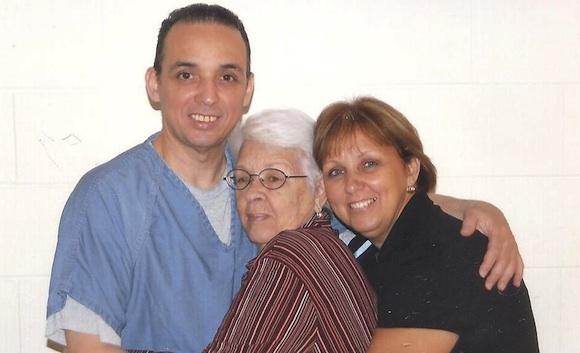 Antonio, Mirta y Maruchi, la hermana de Tony, en la cárcel de Florence, Colorado.
