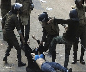 La policía egipcia, desnudando a una mujer con velo. Foto: Reuters