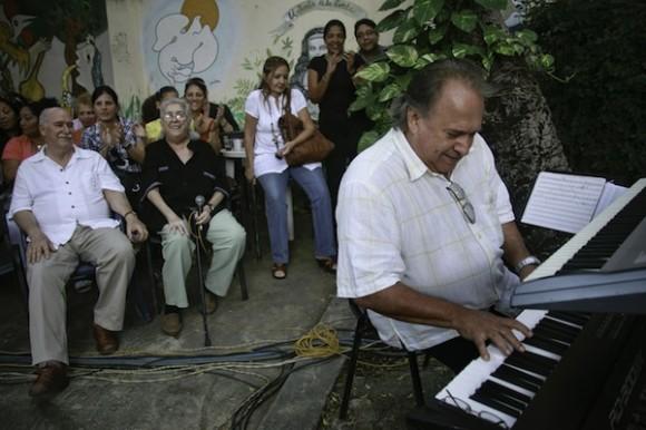 El maestro Frank Fernández se adueñó del teclado. Foto: Roberto Chile
