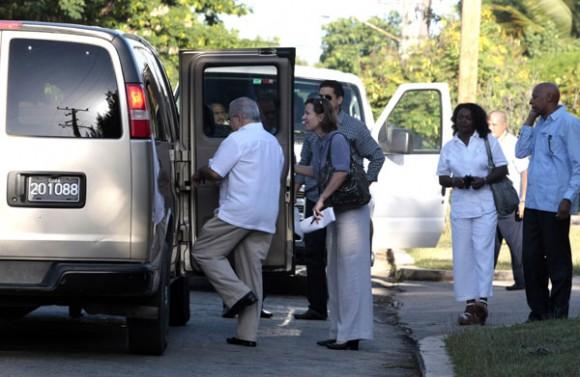 """Carro de la sede diplomática de EEUU en La Habana traslada a los """"independientes"""". Foto: Ismael Francisco"""