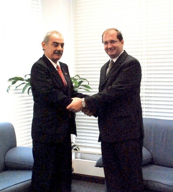 El Secretario General de la AEC, Embajador Luis Fernando Andrade Falla (a la derecha) saluda a S.E. Humberto Rivero Rosario, designado recientemente como el Embajador de Cuba en Trinidad y Tobago.