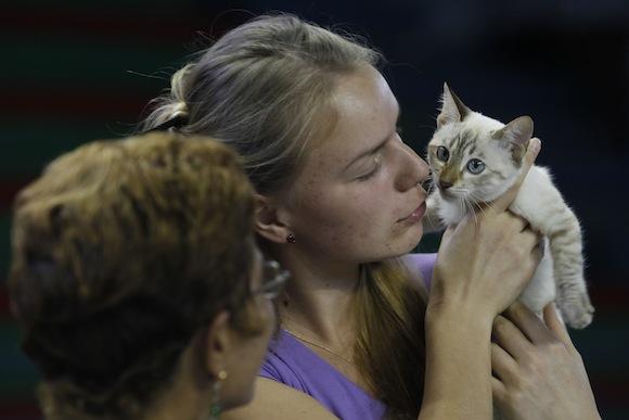 Natalia Bannikova, de Ucrania, con su gato en la Expo. Foto: Enrique de la Osa/ Reuters