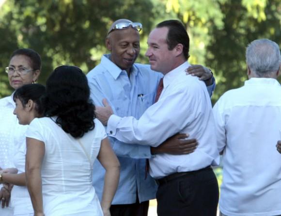 Funcionario de la SINA abraza a Guillermo Fariñas, Premio Sajarov, quien también recibe instrucciones de la embajada de EEUU en La Habana