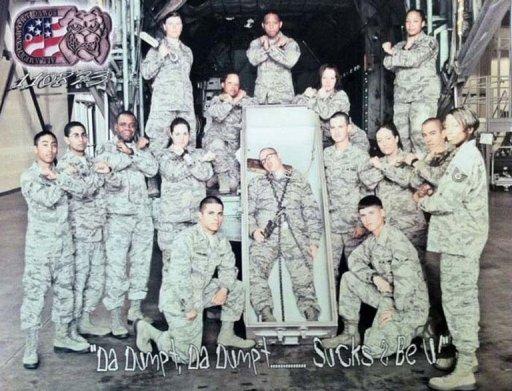 La fotografía, difundida el jueves por el diario online AirForceTimes,  muestra a 15 pilotos y soldados en entrenamiento de pie y de rodillas junto al  ataúd de metal, donde otro militar yace con grilletes y un lazo alrededor de su  cuello.