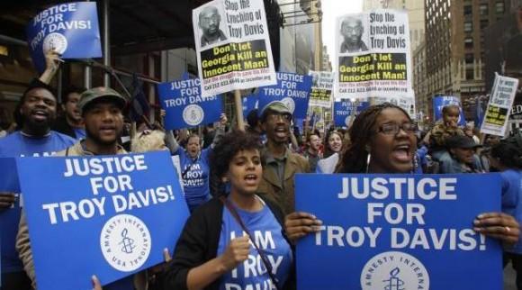 Manifestantes en contra de la ejecución de Troy Davis.