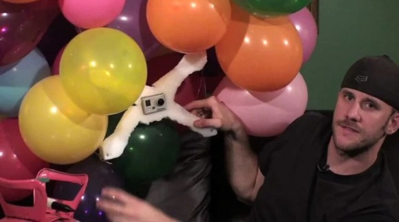 Tom Guillmette muestra su plataforma con globos