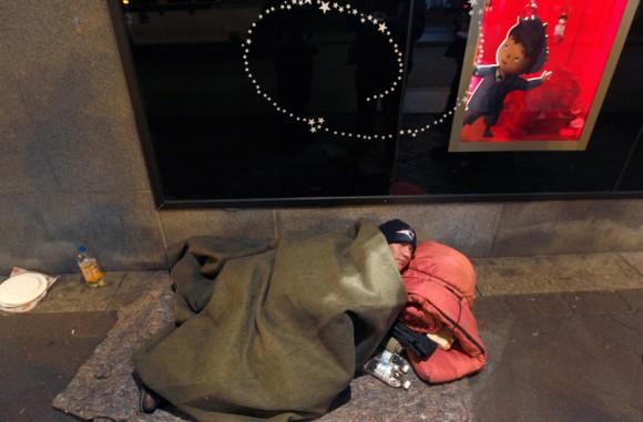 John Filliger ha estado sin hogar durante los últimos cinco años, se encuentra envuelto en ropa de cama en la calle Washington en el corazón de la zona de Downtown Crossing de Boston, el 12 de diciembre.  (Foto: Charles Krupa / AP)