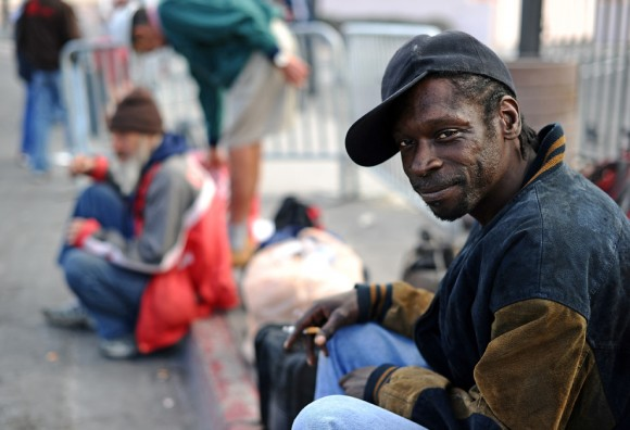 Hombre sin hogar espera conseguir donaciones de alimentos al lado de una calle en Las Vegas el 13 de noviembre. El sistema no logra ofrecer socorro a los 14 millones de estadounidenses en busca de trabajo. (Foto: Jewel Samad / AFP / Getty Images)