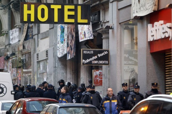 La policía ha desalojado a 103 personas (93 del hotel Madrid y 10 del inmueble del Albéniz).