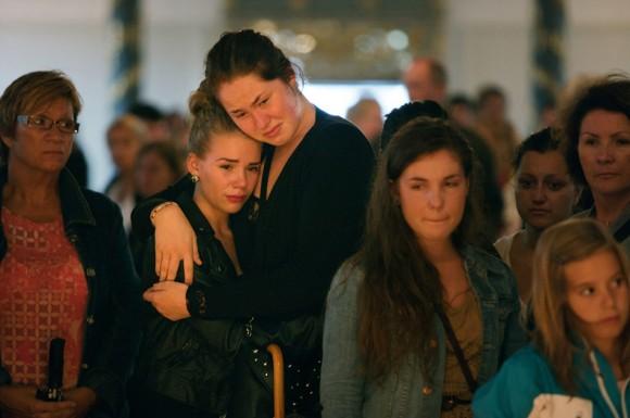 Amigos y seres queridos se reúnen en la catedral de Oslo para  llorar a las víctimas que murieron en los ataques terroristas en el  centro de Oslo y en la Isla de Utoya el 24 de julio.