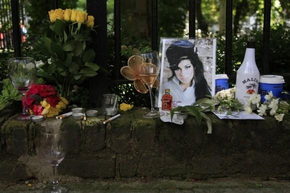 Flores y tributos se ven fuera de la casa de Amy Winehouse en Londres el 24 de julio. (Reuters / STEFAN Wermuth)