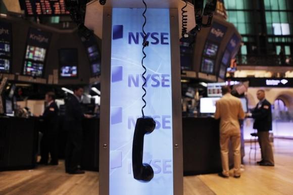 Un teléfono cuelga del gancho en Wall Street. (REUTERS / Lucas  Jackson)
