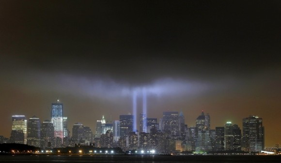 Dos luces salen de la antigua sede del World Trade Center brillan por el 10 º aniversario del 9 / 11. (Reuters / GARY HERSHORN)