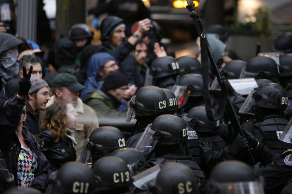 Un manifestante es rociado en la cara con gas pimienta en una  protesta de Occupy Portland. (Randy L. Rasmussen / The Oregonian La)