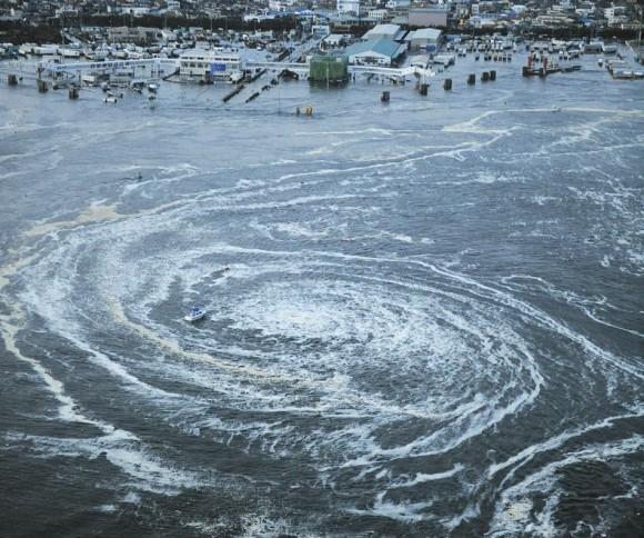 Un jacuzzi se forma en la costa japonesa tras el tsunami el 11 de  marzo. (Reuters / Kyodo)