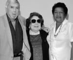 Luis Posada Carriles, una señora sin identificar y a la derecha, Reyna Tamayo. Advertencia: no están disfrazados para la ocasión. Foto: La Voz de la Calle, Miami