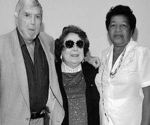 Reina Luisa Tamayo (a la derecha) junto a Luis Posada Carriles, en Miami. Entre los dos, una señora sin identificar.